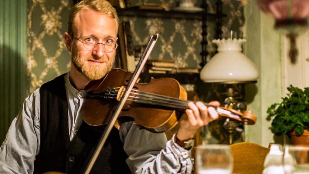 Syng med på de gamle danske sange på Abelines Gaard