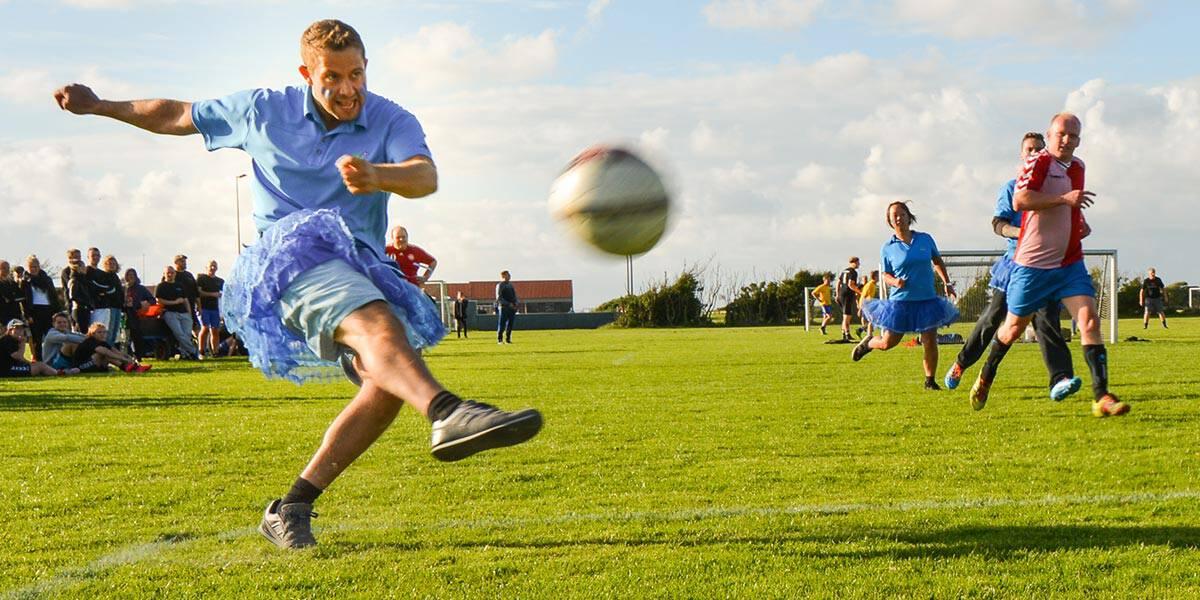 Heroisk spillerindsats var ikke nok til at vinde række b sidst Esmark deltog i hawfestens fodboldturnering, men de blå strutskørter gav dog præmie for bedste udklædning.