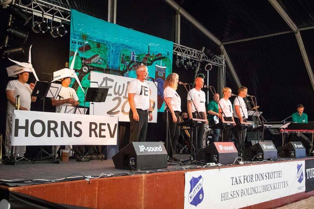 Revyholdet byder publikum velkommen til Æwl o æ Klet 2019 under Æ Hawfest i uge 28. Fotograf: Kathrine Iversen.