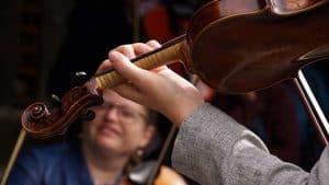 Sangaften med violinmusik på Abelines Gaard