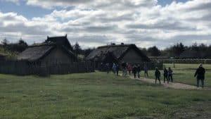 På mandag tager Skolerne imod de ældste elever igen - her er det 2. klasse fra Stauning Skole på udflugt til Vikingebyen i Bork