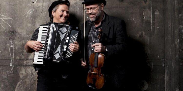 Som led i 1700 Dagene, spiller De 2 Spillemænd liflig folkemusik inspireret af det gamle Ringkøbing. Det sker i Ringkøbings gader tirsdag eftermiddag