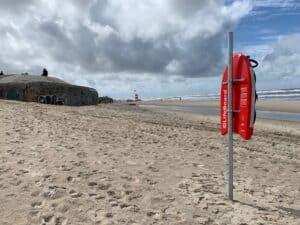 LifeBoards'ene på Sydstranden i Hvide Sande og på Søndervig Strand er opsat til kystlivredning - ikke til leg.