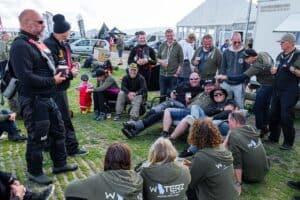 Ved WATERZ er der ifølge Sigurd Klemmensen et stærkt venskab mellem de frivillige og hver dag sluttes af med en øl. (Sigurd placeret i sofaen med solbrillerne på) - Foto Brian Engblad