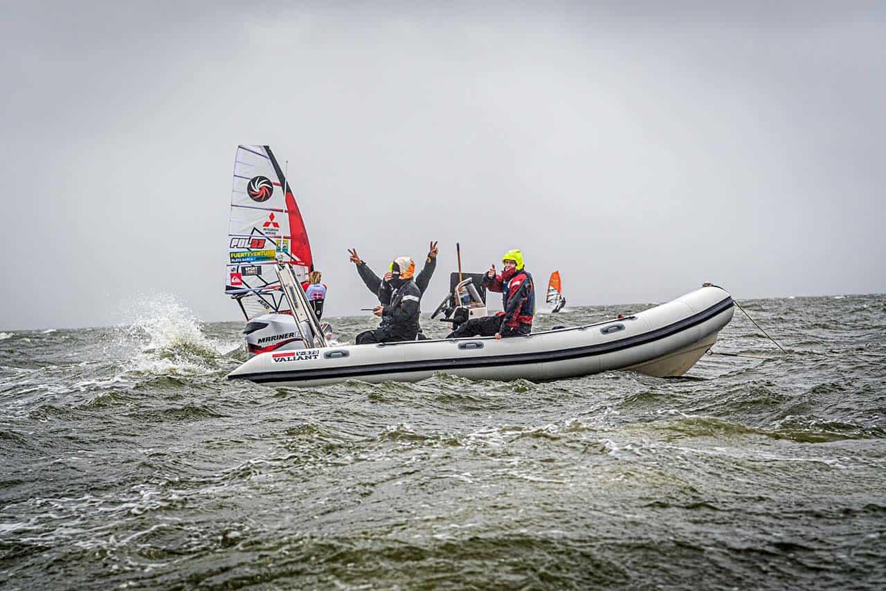 Selv når bølgerne går højt, er humøret lige så højt i redningsbådene under WATERZ. (Simon Klemmensen er til højre). - Foto Brian Engblad