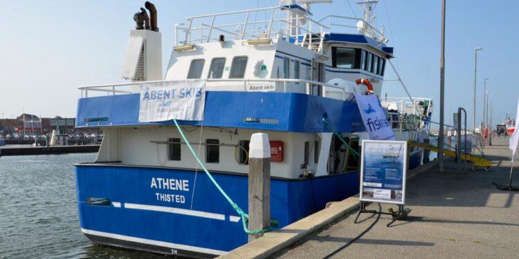 Fiskeriskolen i Thyborøn vil i løbet af uge 38 og uge 39 besøge en række jyske havne med skoleskibet Athene. Overvejer man at uddanne sig til erhvervsfisker, er »Åbent Skib« på Athene en unik mulighed for at møde op og høre mere om uddannelsen.