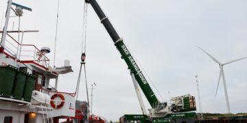 Den ene trafo skal Krangården fra Holstebro løfte fra det danske fragtskib, der ligger til kaj ved Vestkajen i Hvide Sande Havn, over på en 72 hjul store blokvogn fra Torben Rafn i Sommersted.