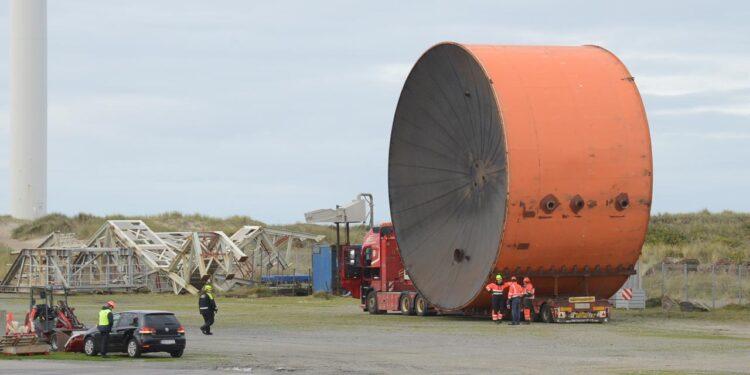 Lidt før middag satte den finske Heavy load Carrier »Auto« kurs og fart efter Hirtshals Havn, hvor tankene efter losningen skal samles og opstilles på et lejet areal af Biomass.dk's.