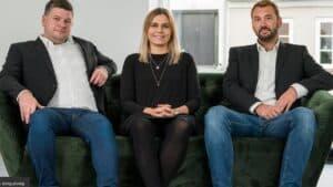 Mæglerfirma i Ringkøbing fejrer 1 år som den frække dreng i klassen - foto: Mikael og Pernielle samt Mikkel