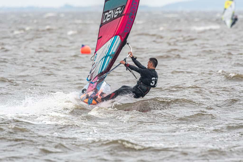 Surfere blev udfordret af Ringkøbing Fjord - foto: Brian Engblad