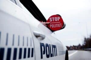 Betjent med stopskilt - foto. Thomas Tolstrup Rigspolitiet