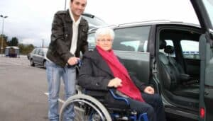 Hjælp ældre med tidsbestilling og transport