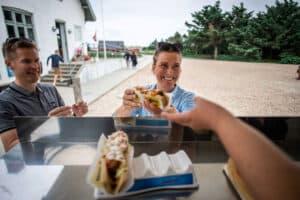 »Skinkekutteren« lægger til ved Lyngvig Fyr - Smag en historisk hotdog.
