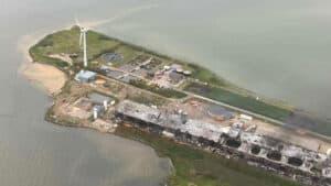 Kemikalieudslip har farvet vendet rødt omkring Atlantic Sapphire i Hvide Sande - foto: Forsvaret